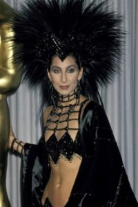 Este atuendo se lo puso en los Oscar de 1986 como forma de protesta. Foto:vía Getty Images