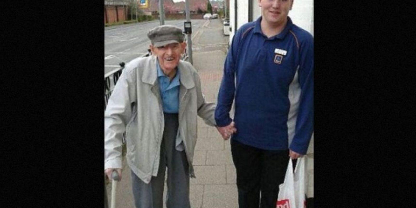 Christian Trouesdale tiene 18 años y trabaja medio tiempo en un supermercado. Ayudó a un anciano de 95 años a cargar su bolsa de compras hasta su casa. Su acción se hizo viral Foto:Foto: vía Facebook/Samantha-Jayne Brady
