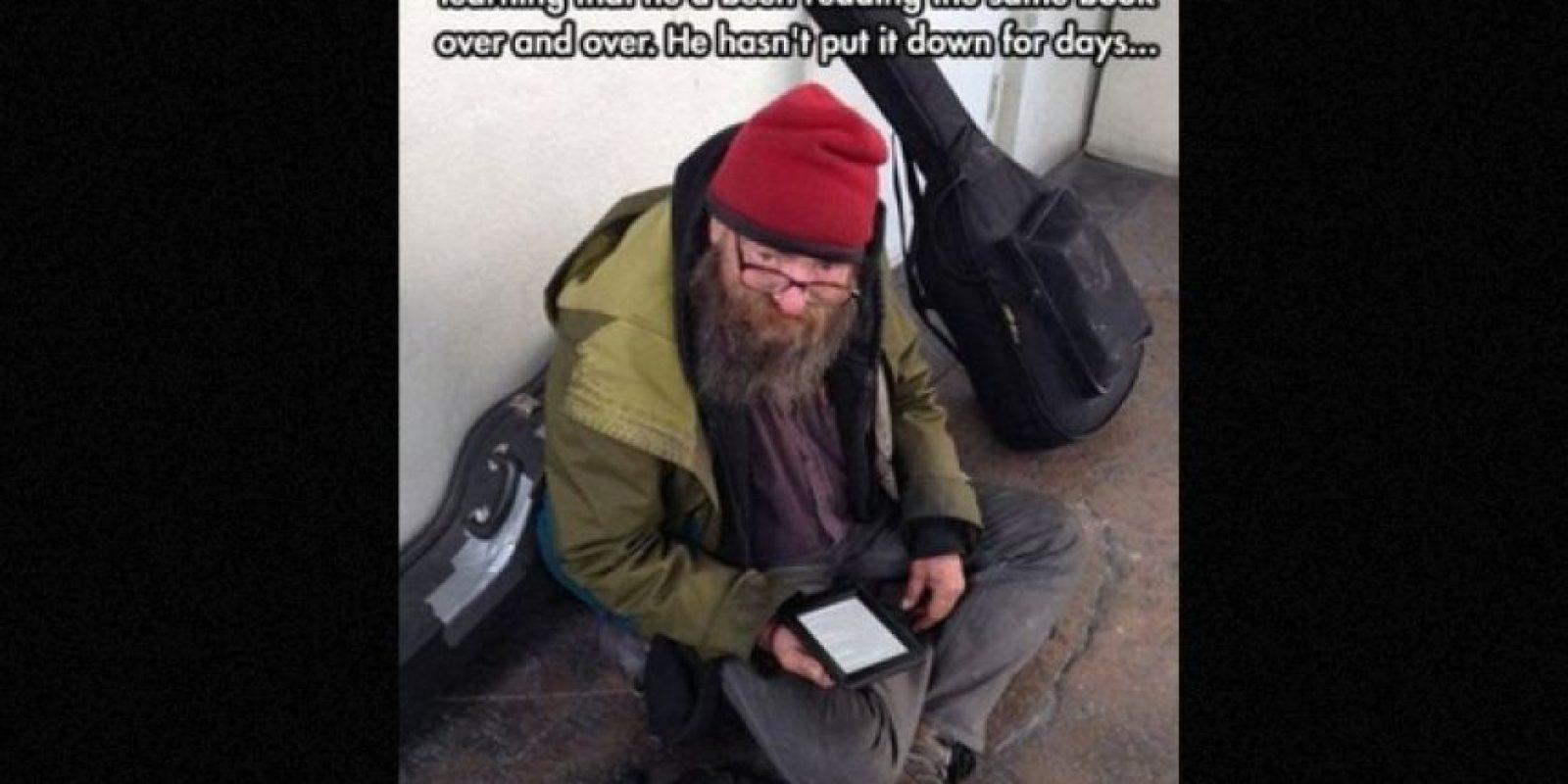 Un hombre le dio su tablet a un mendigo que siempre leía el mismo libro. Foto:Faith in Humanity Restored