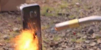 El fuego deshace el smartphone y lo deja inservible. Foto:EverythingApplePro