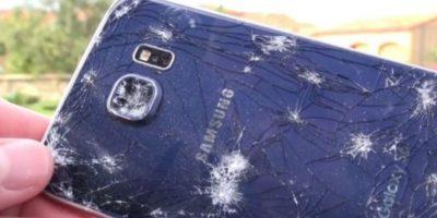 La llanta rompe el cristal donde hace contacto, pero la pantalla queda intacta. Foto:iCrackUriDevice