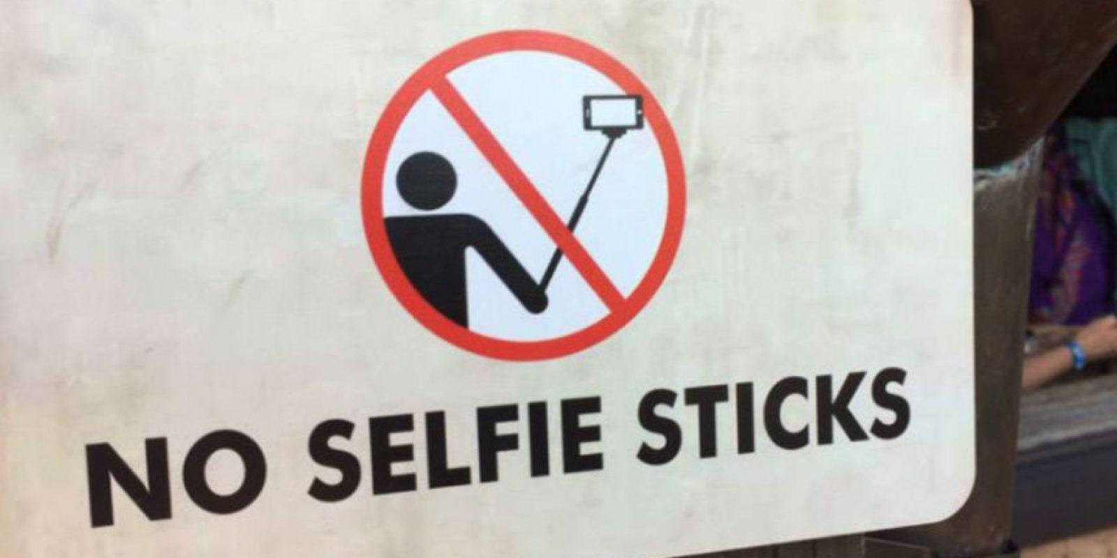 """Disneylandia se une a la prohibición de los """"palos selfies"""" Foto:twitter.com/backfire103/"""