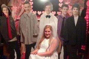 Le bastó que figuras de cartón la acompañaran en su sesión de fotos de bodas Foto:Imgur