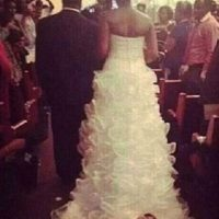 Un bebé en la cola del vestido de novia… ¿dará buena suerte? Foto:Reddit