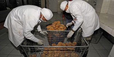 Las Fuerzas Armadas bolivianas tuvieron que ponerse a producir pan debido al conflicto que se tiene con los panaderos. Foto:AFP