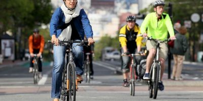 3. No utilizar dispositivos móvies mientras manejan la bicicleta Foto:Getty Images