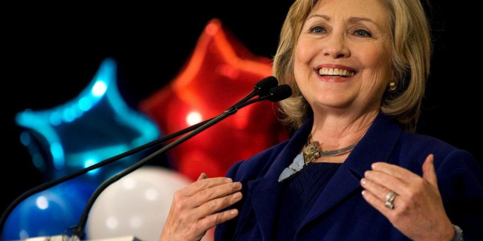La pasada semana se reveló que en los 16 meses antes de anunciar su candidatura la mujer ganó 30 millones de dólares junto con su esposo Bill Clinton. Foto:Getty Images