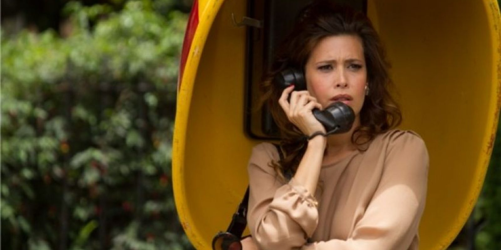 """Angie Cepeda era la presentadora """"Regina Parejo"""", basada en la famosa conductora de televisión de los años 80 en Colombia, Virginia Vallejo. Era amante de """"Pablo Escobar"""". Foto:vía Caracol Televisión"""