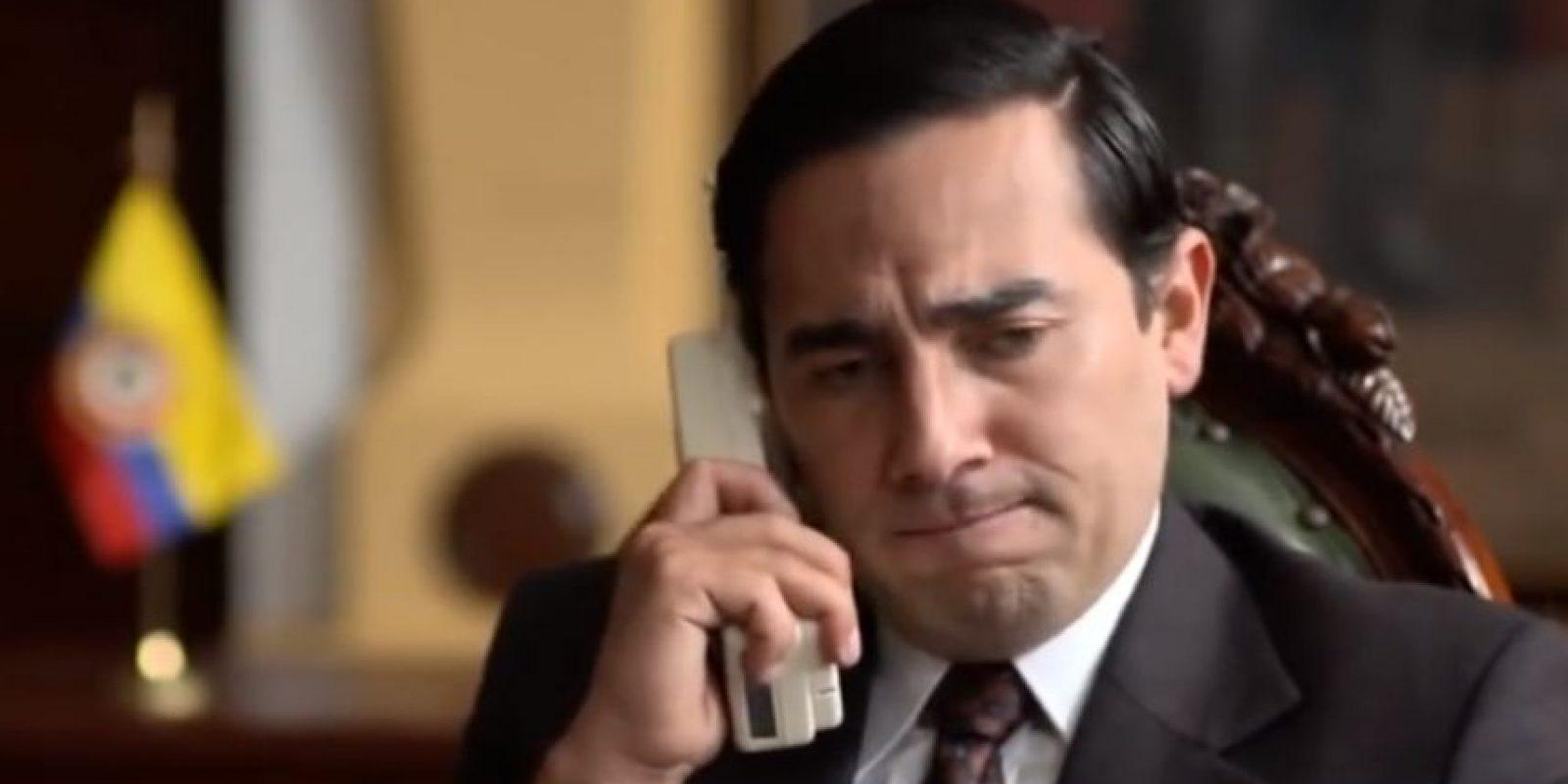 Fabián Mendoza interpretó al expresidente César Gaviria, quien subió al poder luego de Galán ser asesinado. En su gobierno se le daría caza a Escobar y se le daría de baja. Foto:vía Caracol Televisión