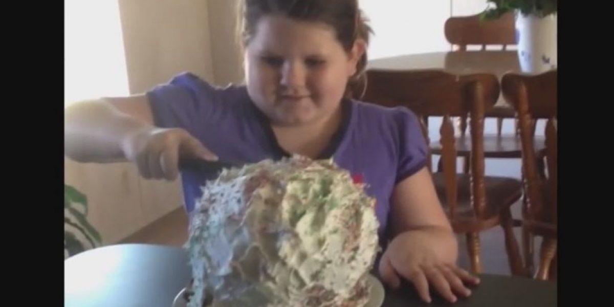 VIDEO: ¡Qué risa! Niña recibe susto inolvidable al partir su pastel