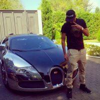 """El francés fue multado con 250 euros por """"conducción temeraria"""" y hacer carreras en el centro de Ibiza al mando de un Porsche azul. Benzema competía con un Ferrari y un Lamborghini. Foto:Vía instagram.com/karimbenzema"""