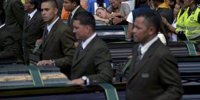 Algunas personas no pudieron evitar romper en llanto al despedir a sus seres queridos Foto:AFP