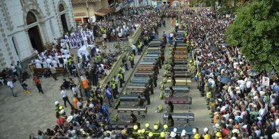 Los féretros de 33 personas fueron despedidos con una misa campal en el parque de Salgar Foto:AFP