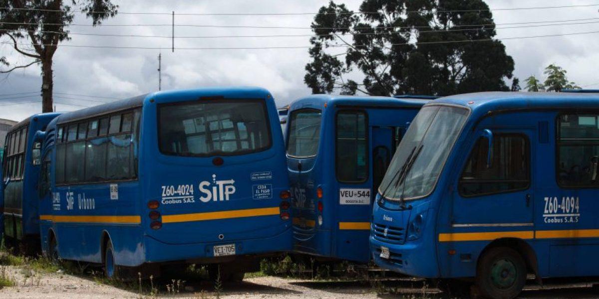 130 buses del SITP se 'pudren' al sol y al agua en parqueadero de Fontibón