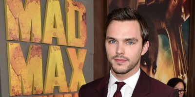 "Hoult también protagonizó éxitos taquilleros como ""Warm Bodies"", ""Jack the Giant Slayer"" y ahora ""Mad Max. Foto: Getty Images"