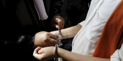Victoria Toloza, una presa argentina, tuvo a su pequeña esposada del pie a la camilla. Foto:Getty Images