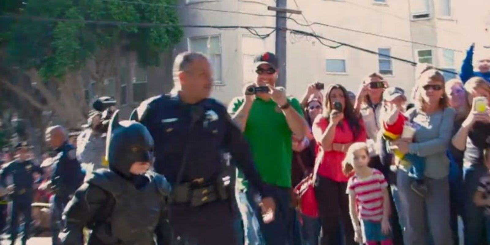 """Pero la fundación """"Make-A- Wish"""" lo convirtió en superhéroe. Foto:vía Youtube/Warner Bros"""