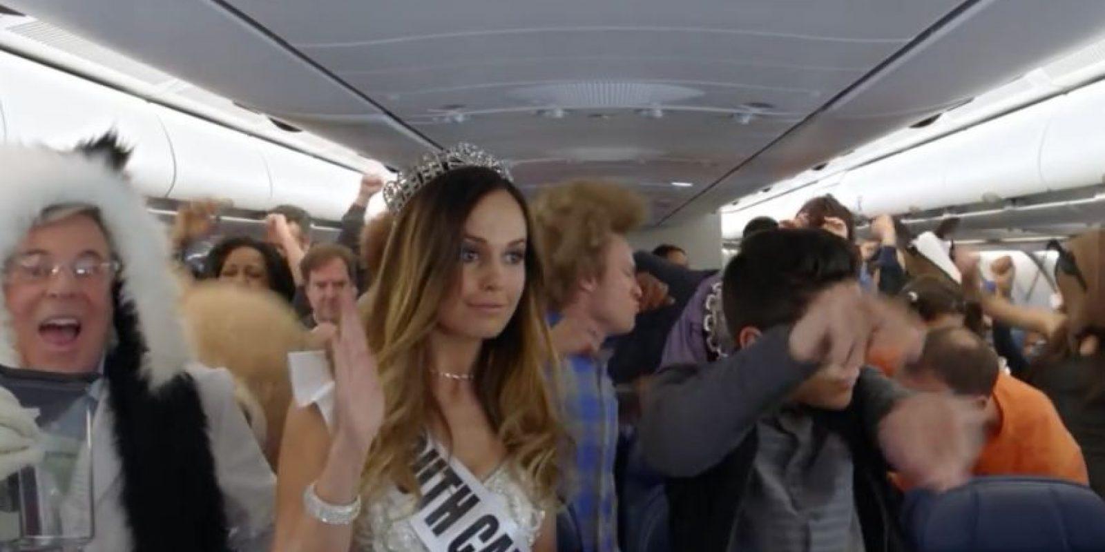 Mantener la atención de los pasajeros al momento de la demostración de seguridad es una tarea difícil y una forma de atraer su atención era la creación de este video. Foto:Vía Youtube/Delta