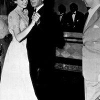 Este clásico del cine fue protagonizado por Humphrey Bogart a sus 43 años y la entonces joven Ingrid Bergman de 27 años. Foto:IMDB