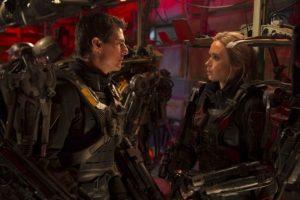 Emily Blunt de 31 años y Tom Cruise de 51 interpretan a un par de amigos que a lo largo de la trama parecen enamorarse, muy a pesar de los 20 años que los separan. Foto:Warner Bros. Pictures