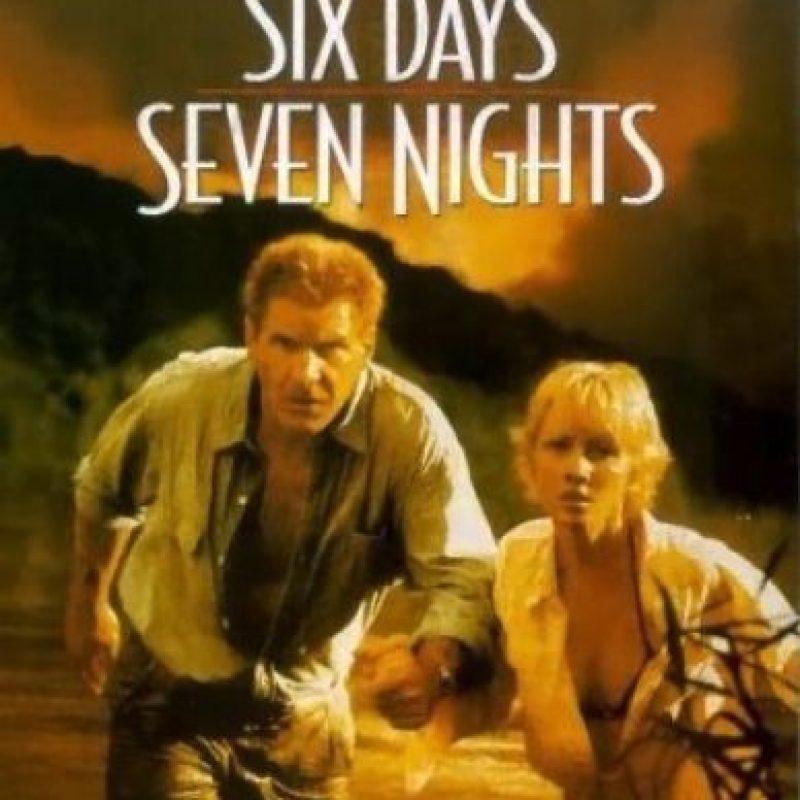 A sus 55 años, Harrison Ford interpretó a un piloto que se queda varado en una isla junto a la editora de una revista neoyorquina, Anne Heche de 36 años. Foto:IMDB