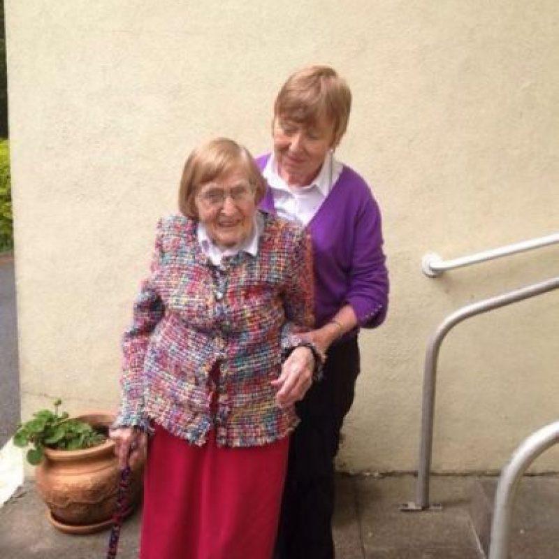 Kitty Cotter de 101 años salió a festejar con este suéter multicolor Foto:vía Twitter
