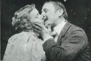 """1.- En 1896, apareció la primer escena de un beso en el cine comercial, con la película """"The Kiss"""". Obviamente esto generó gran polémica. Foto:Wikipedia"""