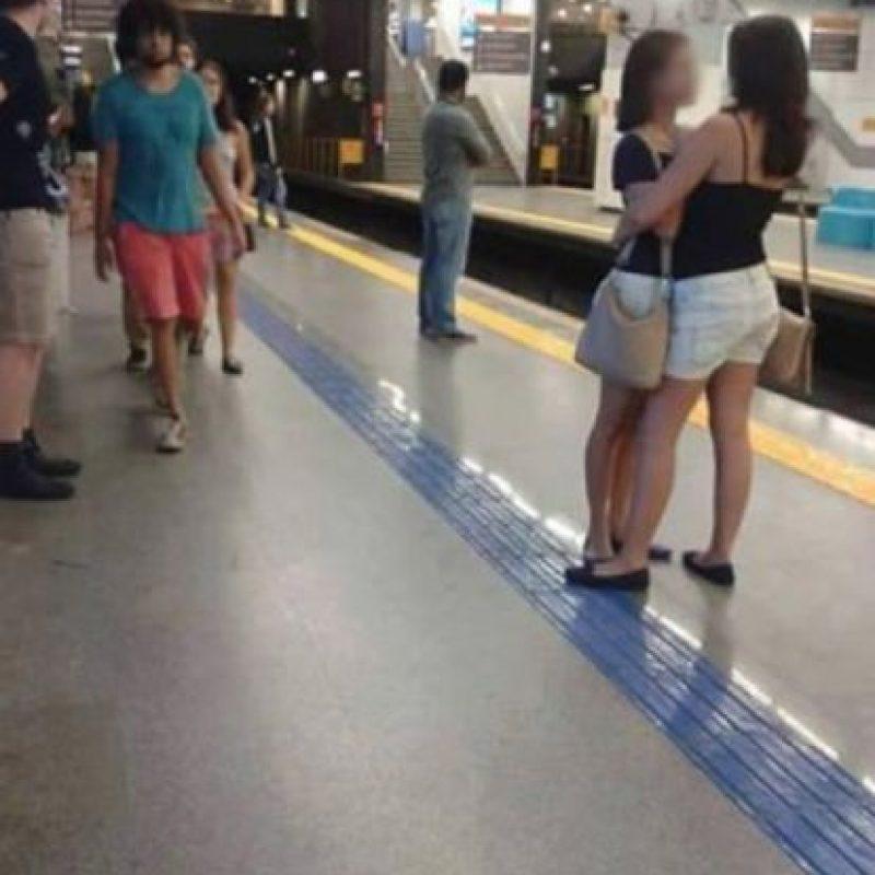 """Otro caso """"gay"""" también fue viral en Brasil. Un ingeniero de Google tomó esta foto, supuestamente condenando a las dos mujeres, pero era para ver qué le decían. Foto:vía Facebook"""