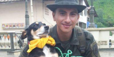 Los policías de Carabineros que apoyan las labores de rescate, permitieron salvar a un perro que en su intento por cruzar la quebrada Liboriana, cayó a las turbias aguas. Foto:Vía Twitter @policiacolombia
