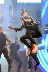 Ha hecho actuaciones especiales junto a Ariana Grande