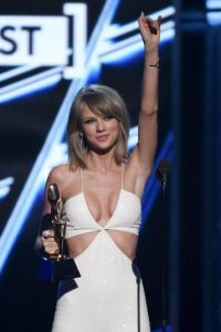 """La cantante tiene el récord por ser la primera cantante femenina solista con dos millones de ventas en Estados Unidos. El récord lo logró con dos de sus álbums: """"Speak Now"""" y """"Red"""" Foto:Getty Images"""