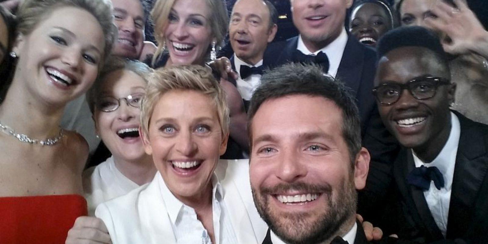 Nadie puede olvidar la selfie de los Oscar 2014 que hizo la comediante Ellen Degeneres, mientras conducía el show. Gracias a eso, Ellen ahora tiene el récord por el mensaje más retuiteado en Twitter. Foto:Getty Images