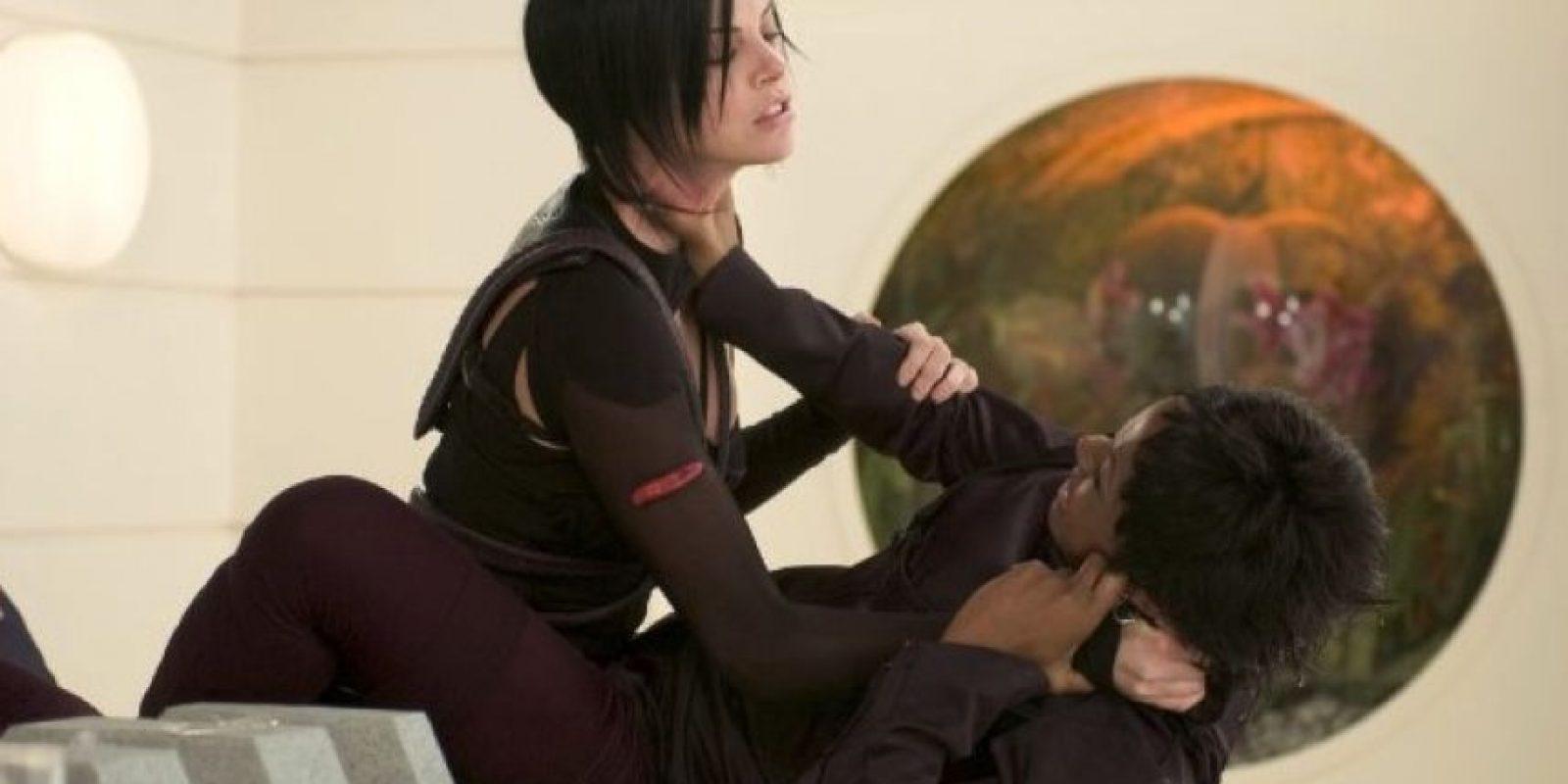 """En 2004, la actriz Charlize Theron se lastimó el cuello mientras colgaba de un cable para una escena de la película """"Aeon Flux"""". El accidente provocó que se retrasaran las grabaciones ocho semanas. Foto:IMDB"""