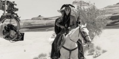 """La vida de Johnny Depp corrió grave peligro mientras cabalgaba para una escena de """"El Llanero Solitario"""". El incidente ocurrió cuando el actor cayó del caballo y se quedó atorado en uno de sus costados mientras el animal seguía corriendo a toda velocidad. Foto: Disney Enterprises, Inc."""