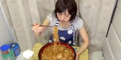 Los combinó con carne y mayonesa. Foto:vía Youtube/Yuka Kinoshita