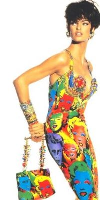 Todavía hace parte, cono en los 80 y 90, de varias firmas de moda y belleza. Foto:vía Versace