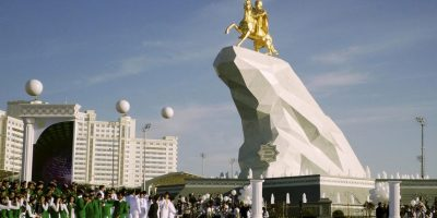 1. Kurbanguly Berdymujamedov- El presidente de Turkmenistán erigió una estatua en su honor, cubierta en oro de 24 quilates. Foto:AP