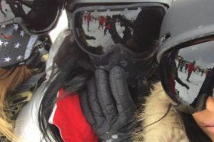Las hermanas también se tomaron selfies durante su práctica de esquí Foto:vía twitter.com/kimkardashian