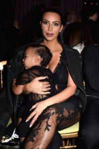 En la parte trasera, la pequeña North West viajaba en una silla para niños y Kim no usaba el cinturón de seguridad Foto:Getty Images