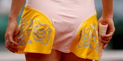 La tenista danesa lució un llamativo uniforme en color amarillo y carne, adornado con dibujos de flores. Foto:Getty Images