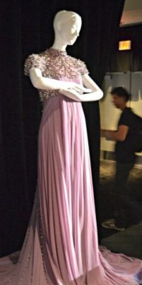 O un vestido mucho más sencillo. Foto:vía Harrod´s