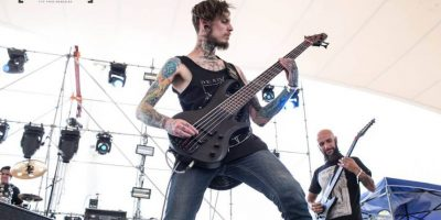 Desde 2014, el chileno se convirtió en el bajista de la banda de metal, Entertain The Beast. Foto:vía facebook.com/Pabloholmanoficia