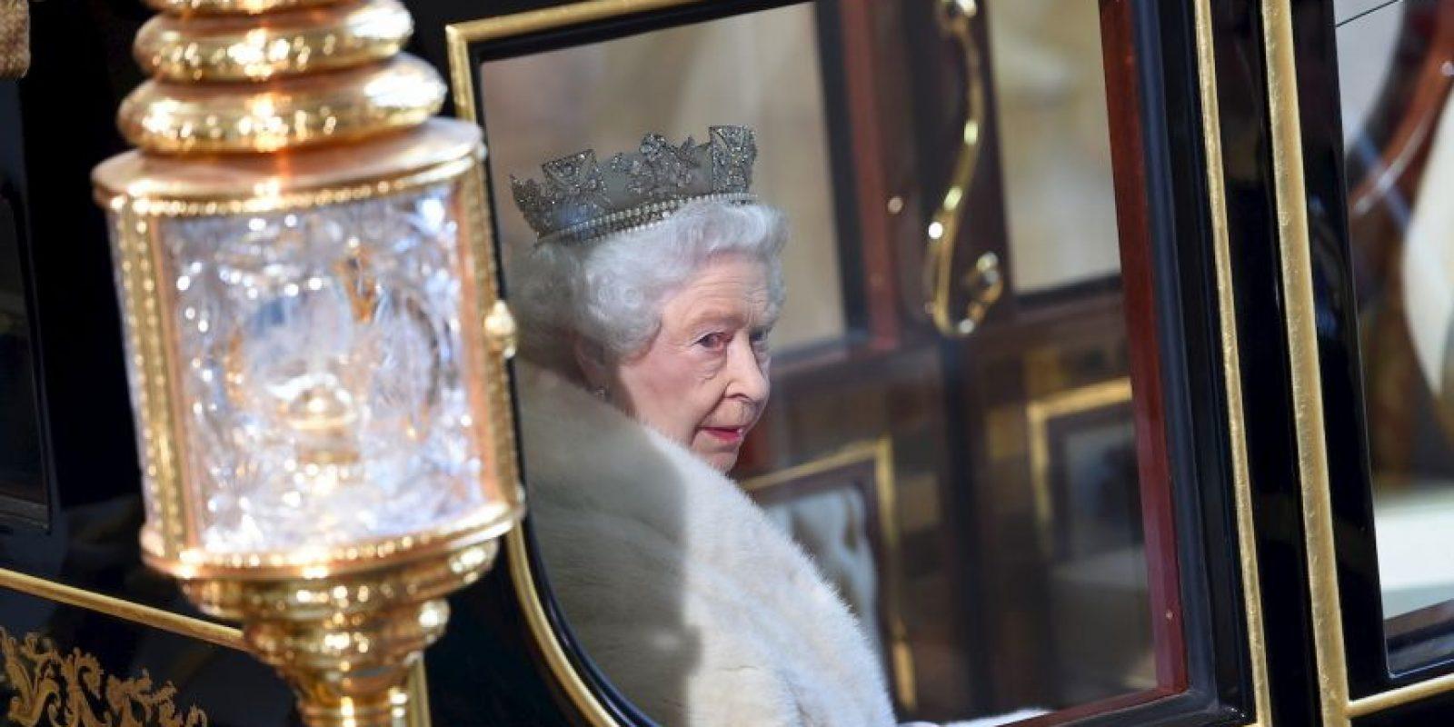 3. La capa de armiño carmesí tiene un peso de siete kilos (15 libras). Foto:Getty Images