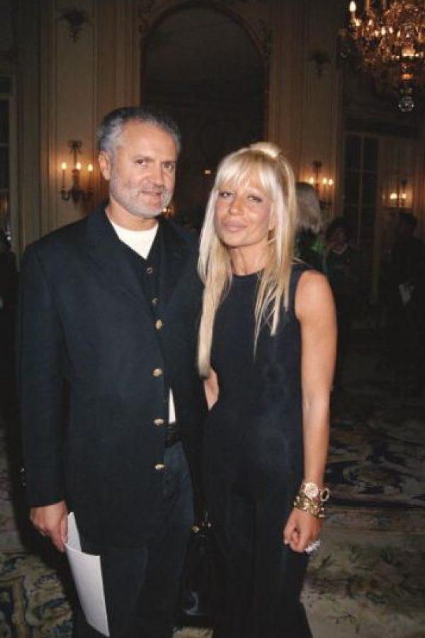 Por supuesto, es la primera de la lista. Desde la muerte de su hermano Gianni, comenzó su carrera loca por las cirugías plásticas. Foto:vía Getty Images