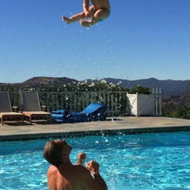 En septiembre de 2014, la cantante publicó esta foto que muestra a su esposo, Eric Johnson, arrojando al aire a su hijo, Ace, de un año. Foto:vía instagram.com/jessicasimpson