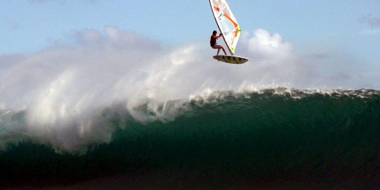 Y de qué manera. Tiene 21 años y es un practicante de windsurf de élite. Foto:vía Barcroft