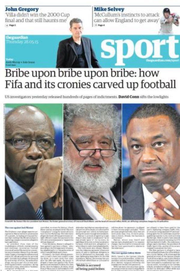 """En Inglaterra le dieron mucha relevancia al tema. The Guardian publicó: """"Soborno tras soborno tras soborno: Cómo la FIFA y sus secuaces se repartieron el fútbol"""". Foto:theguardian.co.uk"""