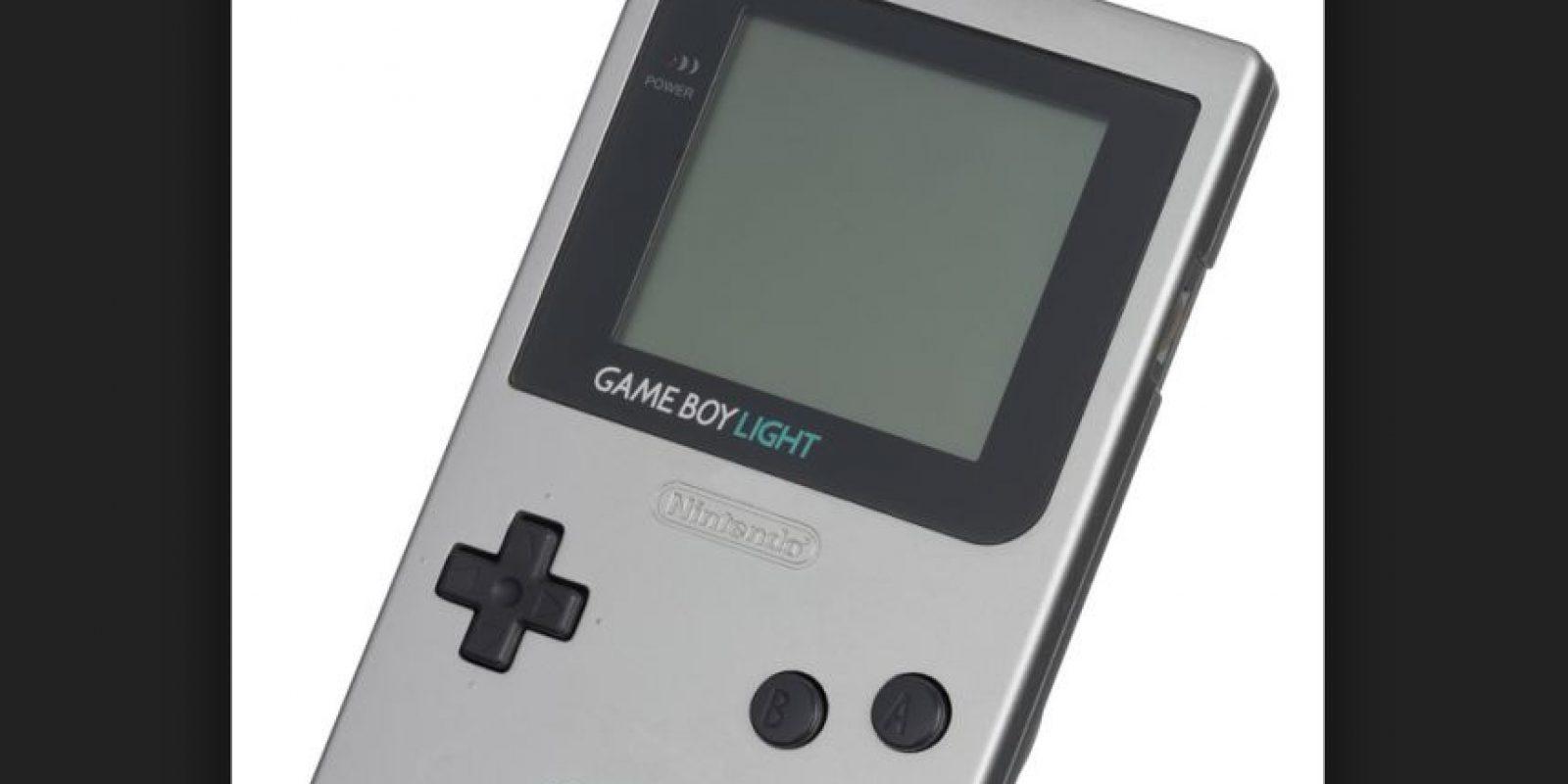 La Game Boy es oficialmente la tercera consola mas vendida del mundo y por encima de la Playstation. En la imagen pueden ver el modelo Game Boy Light, que salió a la venta únicamente en Japón en 1997 Foto:Nintendo