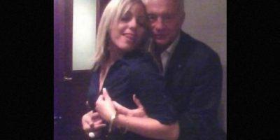 El hombre de 72 años, quien ha llevado al equipo de la estrella solitaria ha ganar tres Super Bowl, aparecía en una imagen abrazando y tocando a una mujer. Foto:Vía twitter.com/Deadspin
