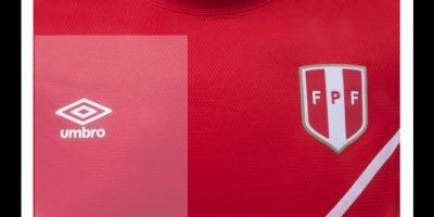 """Los """"incas"""" saldrán con una camiseta en rojo y una raya blanca muy delgada atravesando el diseño. Foto:Umbro"""